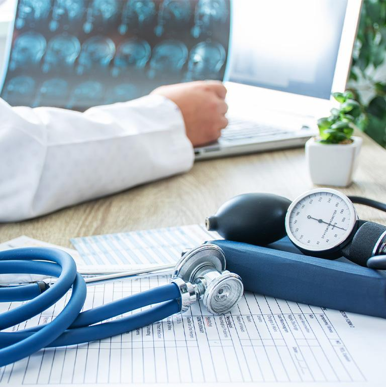 ręka lekarza i stetoskop